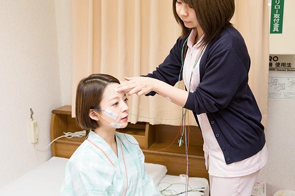 臨床検査技師が脳波も測定精密な睡眠時無呼吸症候群の検査