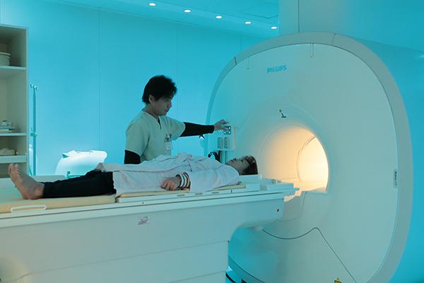 先進のMRIを用いて行う早期発見に向けた認知症検査