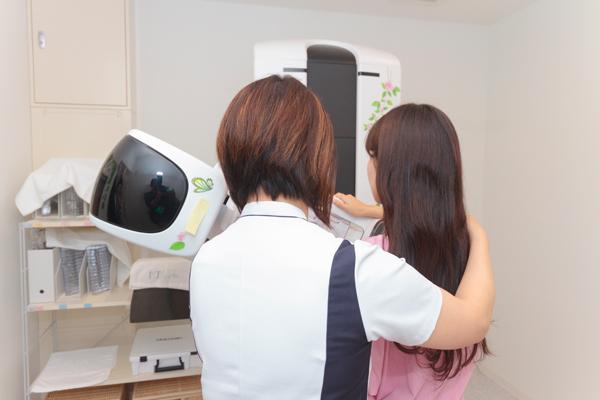 痛みが少ないマンモグラフィ乳がん検診は女性スタッフが対応