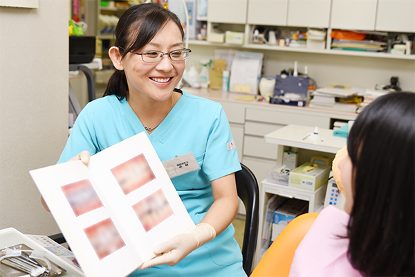 患者と理想的な歯の白さをめざすホワイトニング