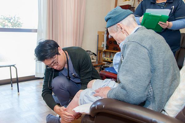 患者本人や家族の負担軽減に多くの人が利用できる訪問診療