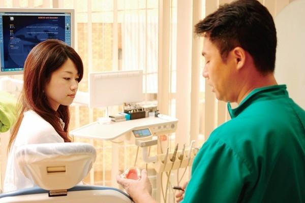 ギラリと光る装置が見えない「舌側矯正歯科治療」