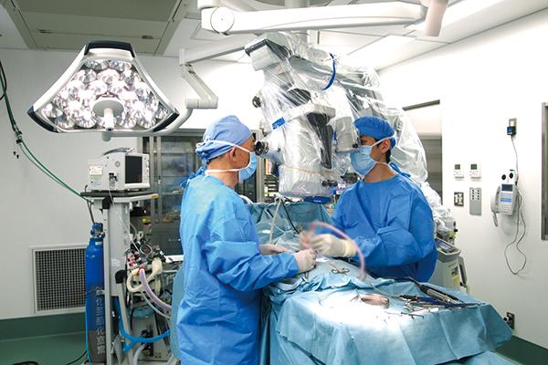 負担の少ない顕微鏡手術も選べる腰部脊柱管狭窄症
