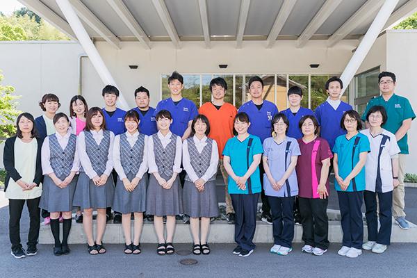 専門性を持ち、笑顔と優しさで患者を支えるスタッフたち