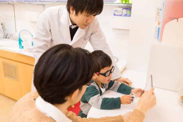 画期的なタブレット型訓練器で子どもの弱視を早期発見・治療